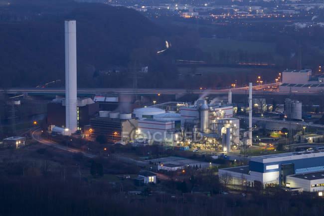 Германия, Рурской области, Хаген, комбинированный мощности ТЭЦ в сумерках — стоковое фото