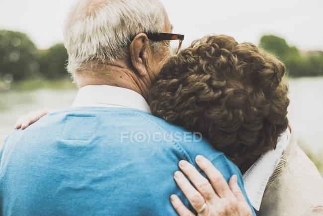 Женщина с головой на плече мужа — стоковое фото