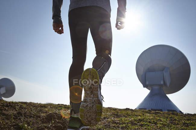 Alemanha, Raisting, vista para trás do jovem corredor na estação de terra — Fotografia de Stock