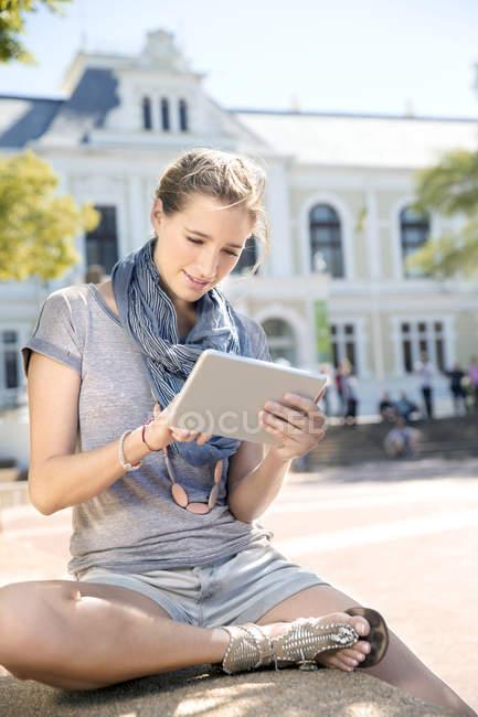 Junge Frau mit digitalen Tablet im freien — Stockfoto