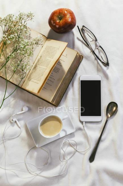 Stillleben mit Smartphone und anderen Objekten — Stockfoto