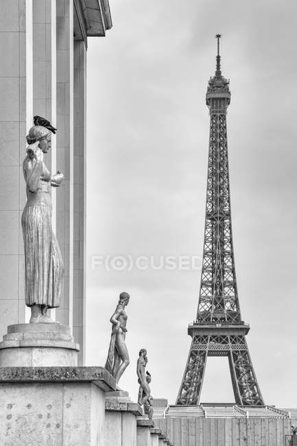 France, Paris, view to Eiffel Tower and sculptures — Stock Photo