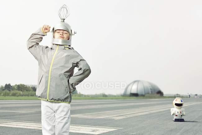 Überzeugt junge verkleidet als Raumfahrer — Stockfoto