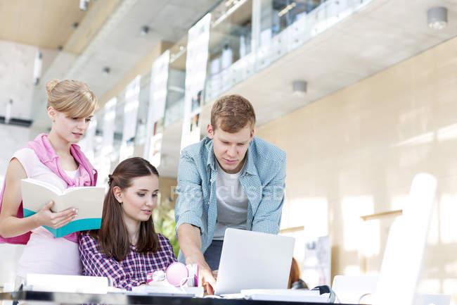 Studenti imparano insieme alla biblioteca universitaria — Foto stock