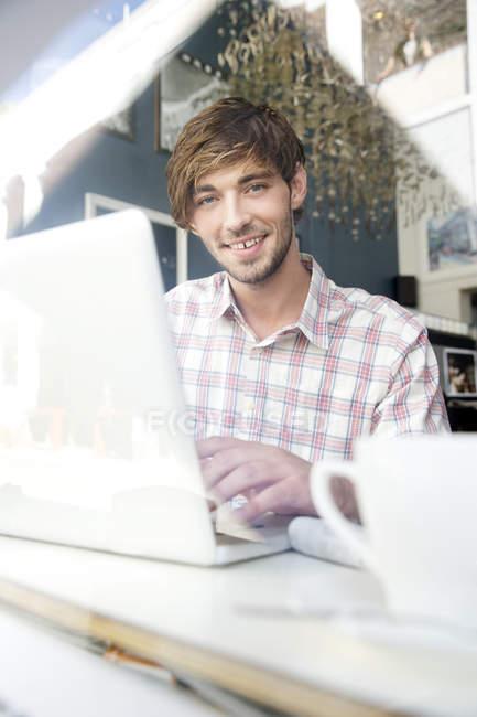 Uomo utilizzando il computer portatile — Foto stock