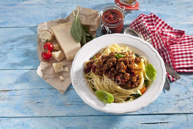 Тарелка спагетти Bolgnese и ингредиентов — стоковое фото