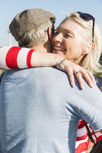 Щасливі Літня пара, яка охоплює — стокове фото