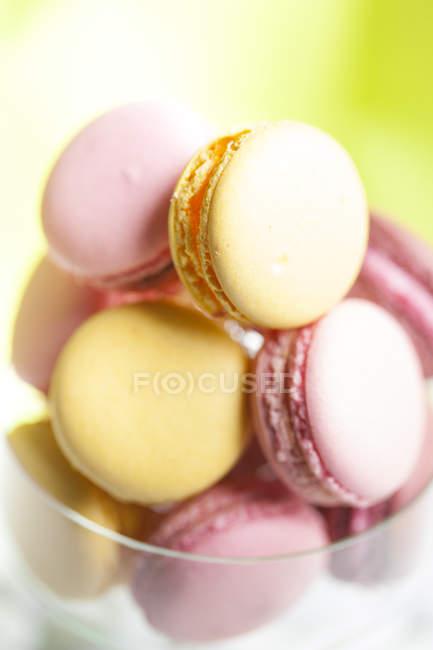 Розовый и желтый Macarons в стекле, крупным планом — стоковое фото