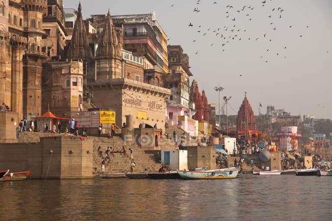 Indien, Uttar Pradesh, Varanasi, Ghats, Boote und Ganges Fluss — Stockfoto