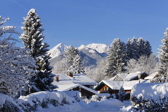 Allemagne, Bavière, Haute Bavière, Chiemgau, maisons à Unterwoessen, Geigelstein de montagne en arrière-plan — Photo de stock