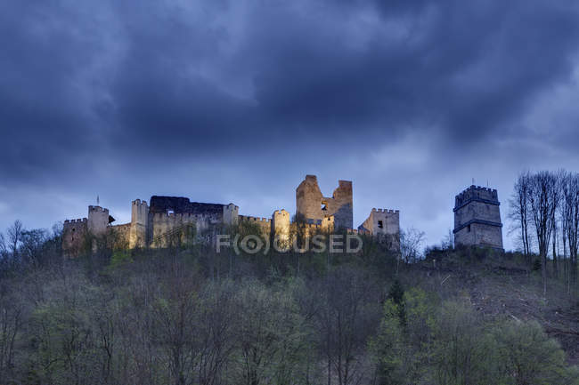 Austria, Bassa Austria, Bucklige Welt, rovina del castello Kirchschlag sulla collina — Foto stock