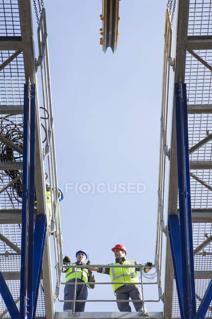 Adulte caucasien équipage debout à bord d'un navire — Photo de stock