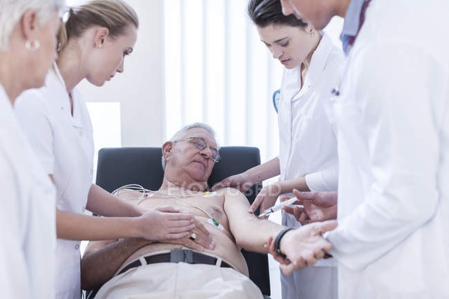 Senior man getting injection in hospital — Stock Photo