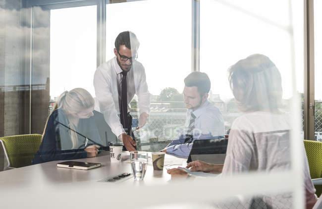 Geschäftsleute bei einem Meeting im Konferenzraum — Stockfoto