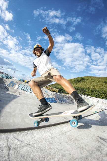 Young man skateboarding in a skatepark — Stock Photo