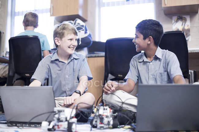 Scolari utilizzando computer portatili nella classe di robotica — Foto stock
