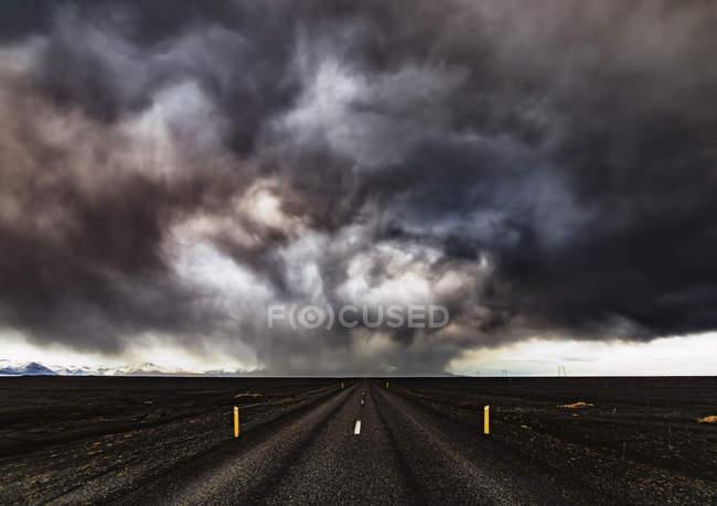 Islande, autoroute 1, tempête de neige et nuages sombres — Photo de stock