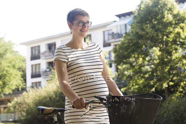 Портрет усміхнений вагітна жінка з велосипеда — стокове фото