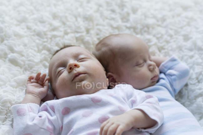 Крупный план сна новорожденных близнецов на одеяло — стоковое фото