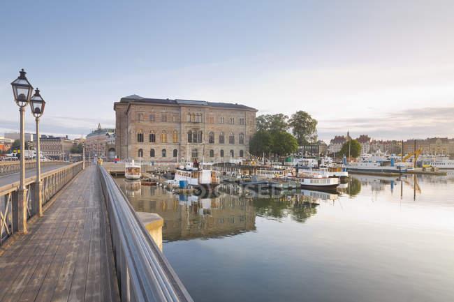 Svezia, Stoccolma, il ponte Skeppsholms e il museo nazionale — Foto stock
