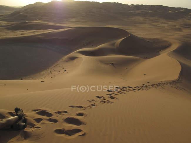 Emiratos Árabes Unidos, Abu Dhabi, Duna del desierto y huellas en la arena - foto de stock