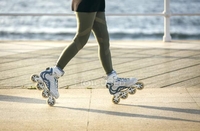 Ritagliate la vista dei piedini femminili in lamierine del rullo — Foto stock