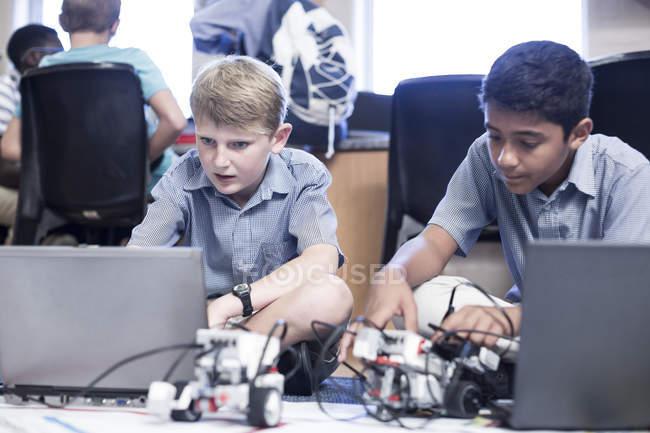 Schüler nutzen Laptops im Robotikunterricht — Stockfoto