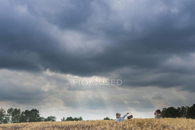 Allemagne, Saxe, deux enfants debout dans un champ de céréales — Photo de stock