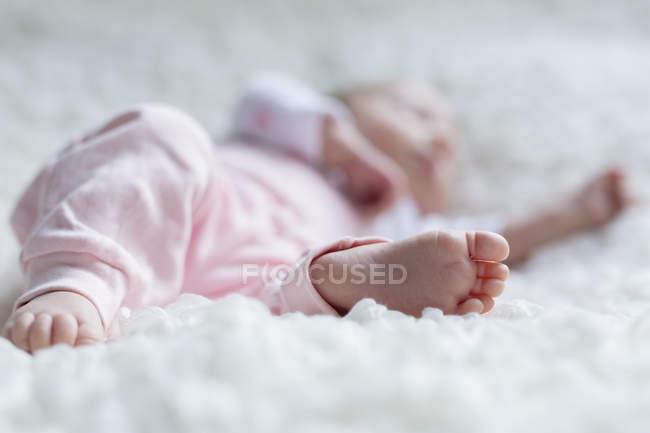 Primo piano del piede della neonata addormentata — Foto stock