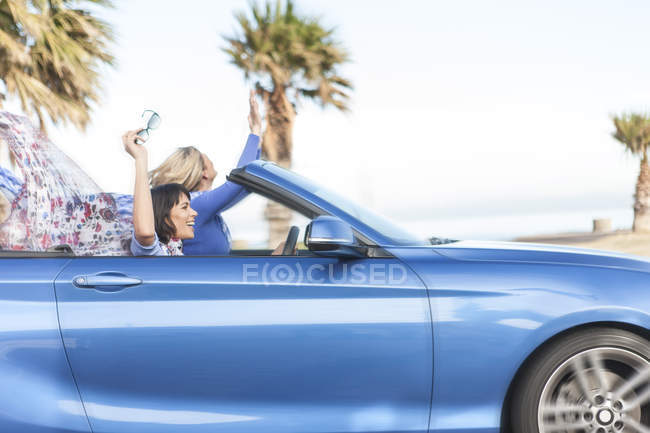 Two happy women in a convertible — Stock Photo