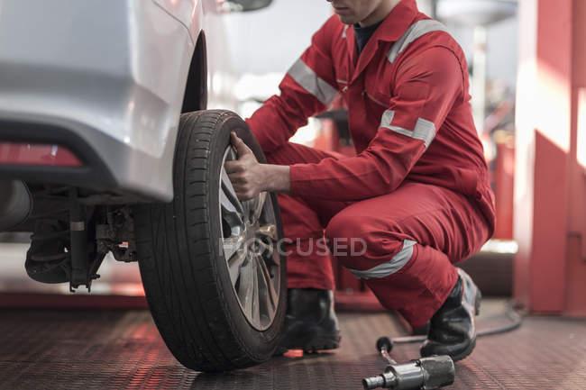 Автомобільний на роботі в ремонт гаража, змінивши шини — стокове фото
