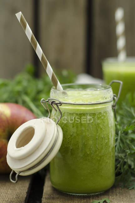 Морковное яблочное смузи, консервирование банки с питьевой соломой — стоковое фото