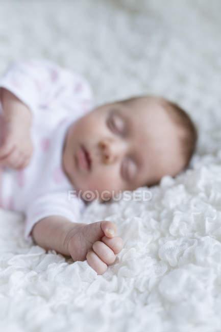 Рука Спящая девушка новорожденного — стоковое фото