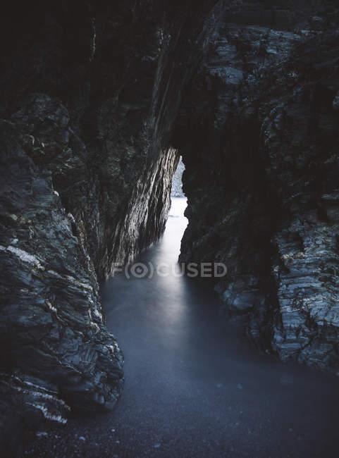 Іспанія, Ortigueira, отвір в скелі, довгою витримкою скелі над водою — стокове фото