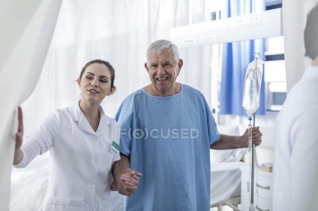 Krankenschwester unterstützt Seniorin im Krankenhaus — Stockfoto