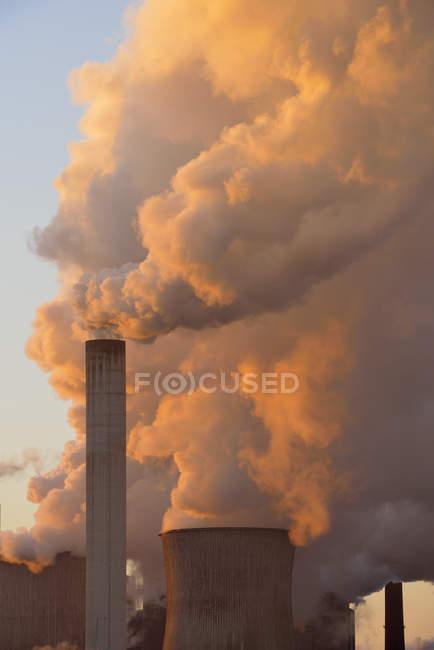 Germania, Neurath, primo piano di una cimney della centrale a carbone Niederaussem — Foto stock