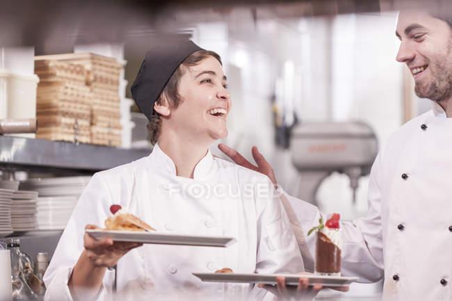 Кухарі, несучи десерти, готові до вживання — стокове фото