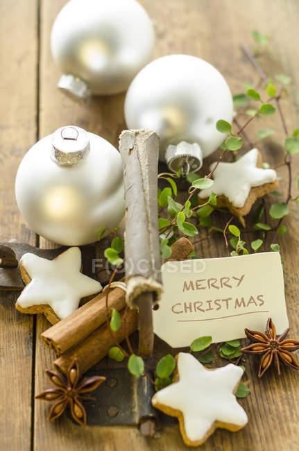 Weihnachtsdekoration mit Zimtsternen — Stockfoto