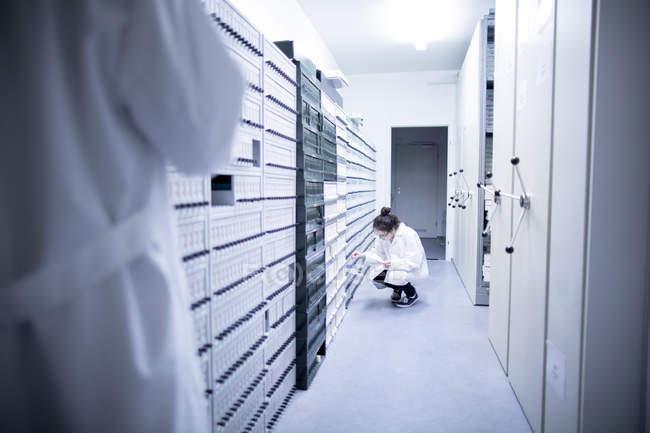 Лаборант у зразку Архів Клінічні лабораторії — стокове фото