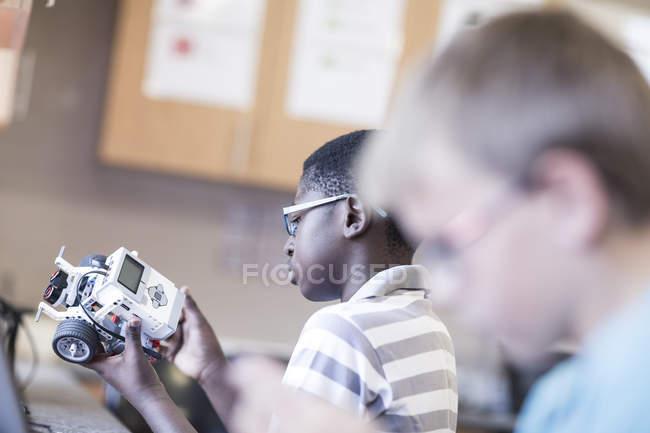 Школярів в класі робототехніки працює над транспортного засобу — стокове фото