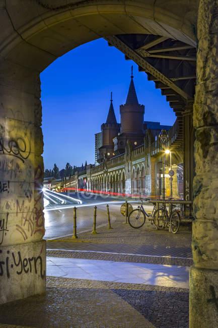 Alemanha, Berlim, ponte Oberbaumbruecke e vista da arquitetura histórica no crepúsculo — Fotografia de Stock