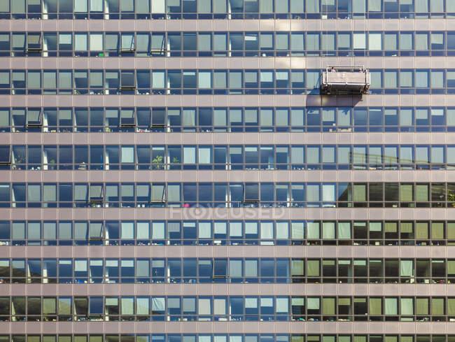 Belgien, Brüssel, Europaviertel, Charlemagne-Gebäude, Europäische Kommission und Fensterreiniger während der Arbeit — Stockfoto
