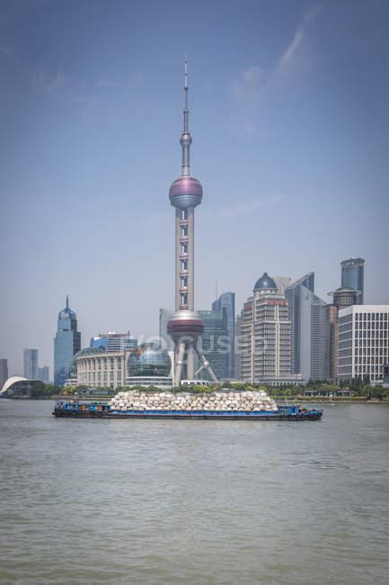 Китай, Шанхай, Східна перлина та вантажні судна на Хуанпу річки — стокове фото