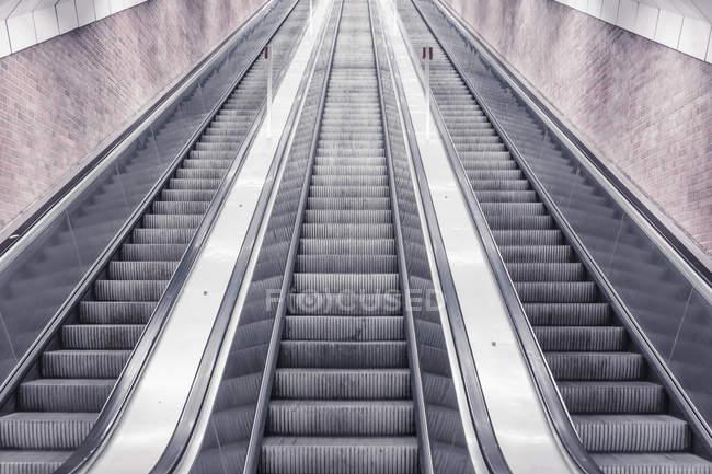 Три ескалаторів в приміщенні буде прямо вгору — стокове фото