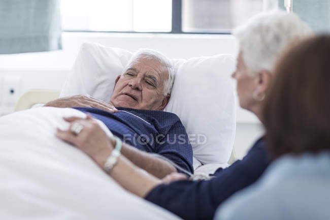 Family visiting senior patient in hospital — Stock Photo