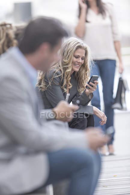 Ritratto di donna sorridente con lo smartphone — Foto stock