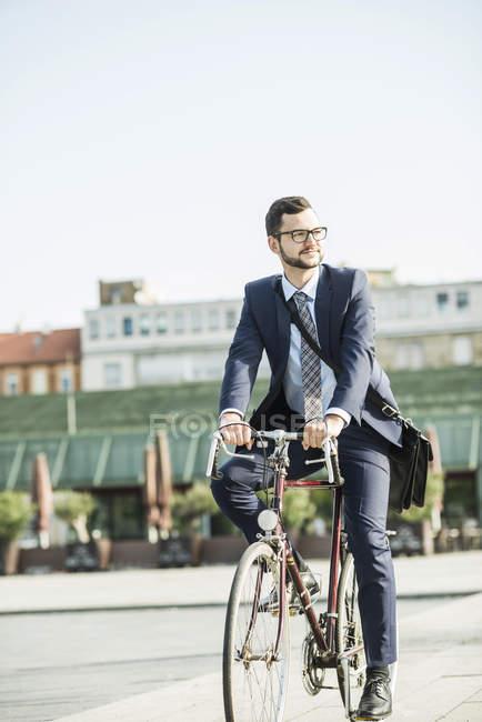 Junger Geschäftsmann Fahrradfahren — Stockfoto