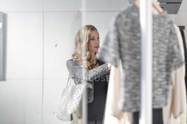 Mulher elegante atraente shopping para comprar roupas — Fotografia de Stock
