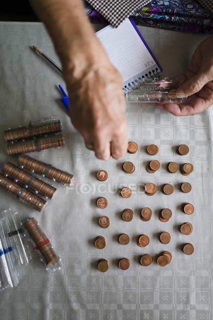Anciana contando el dinero, haciendo pilas de Euro céntimos - foto de stock