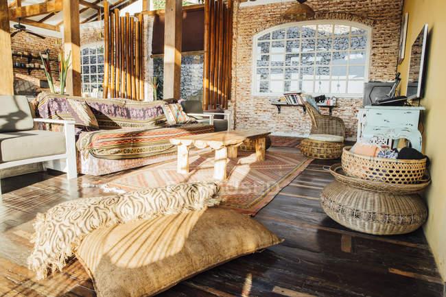 Индонезия, Бали, гостиная на вилле для отдыха — стоковое фото